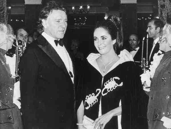 """6. Richard Burton och Elisabeth Taylor förälskade sig i varandra under filminspelningen av """"Cleopatra"""" 1963. Paret gifte sig 1964 och under deras första tid tillsammans skrev Burton flera känslosamma brev, bland annat de här raderna: """"Mina blinda ögon väntar desperat på att få se dig. Du inser förstås inte hur fascinerande vacker du alltid har varit, E.B, och hur konstigt det är att du fått en extra och speciell och farlig skönhet."""""""