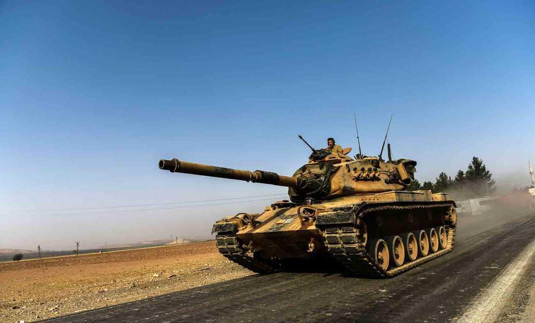 Turkiska stridsvagnar rullar in i Syrien.