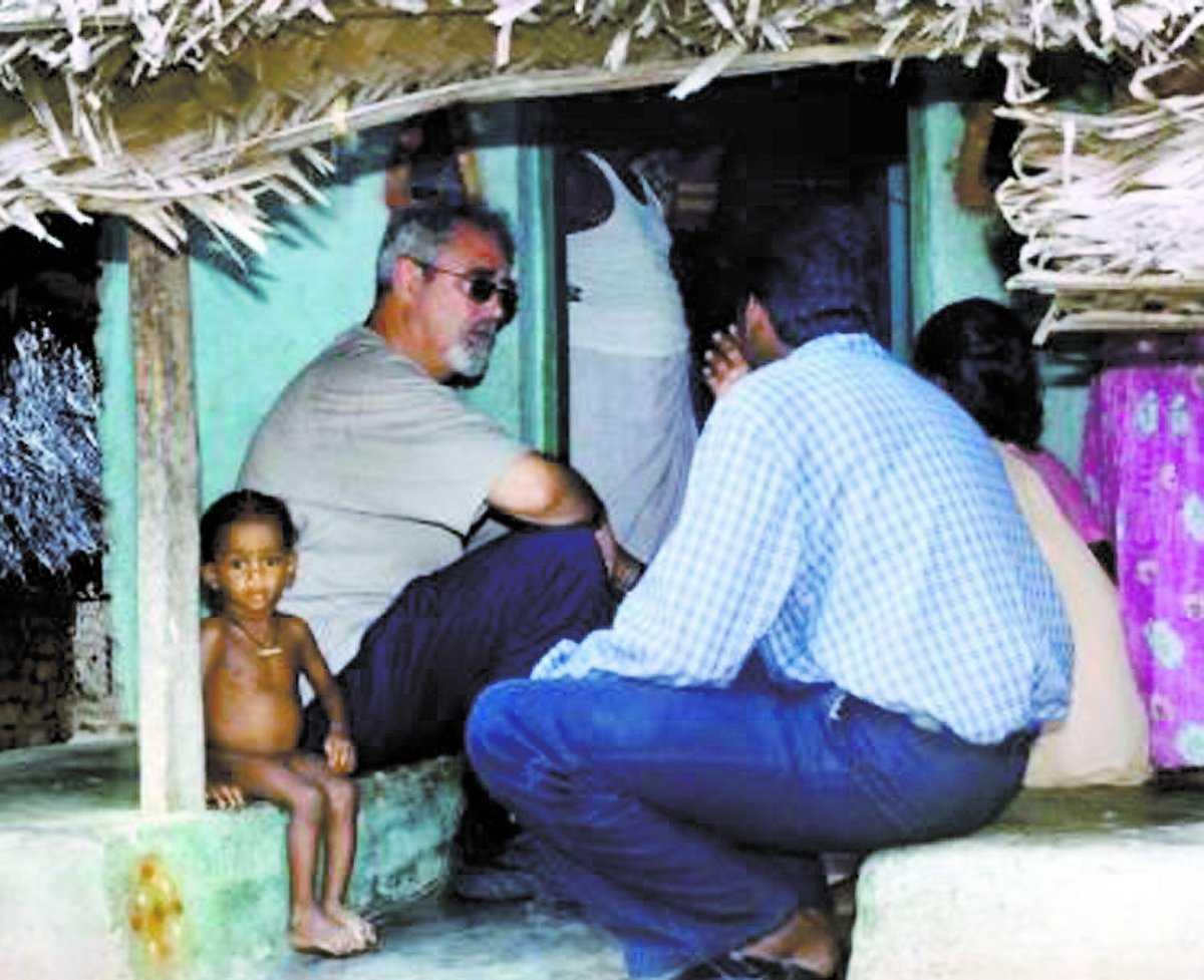 VÄLGÖRARE Percy Barnevik ger mikrolån till fattiga kvinnor i Indien så att de kan starta eget.
