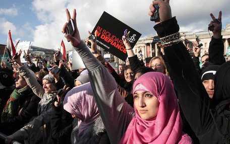 TIDENS TECKEN Med v-tecken och mobiltelefoner hyllade i lördags demonstranter i London revolutionen i Egypten.
