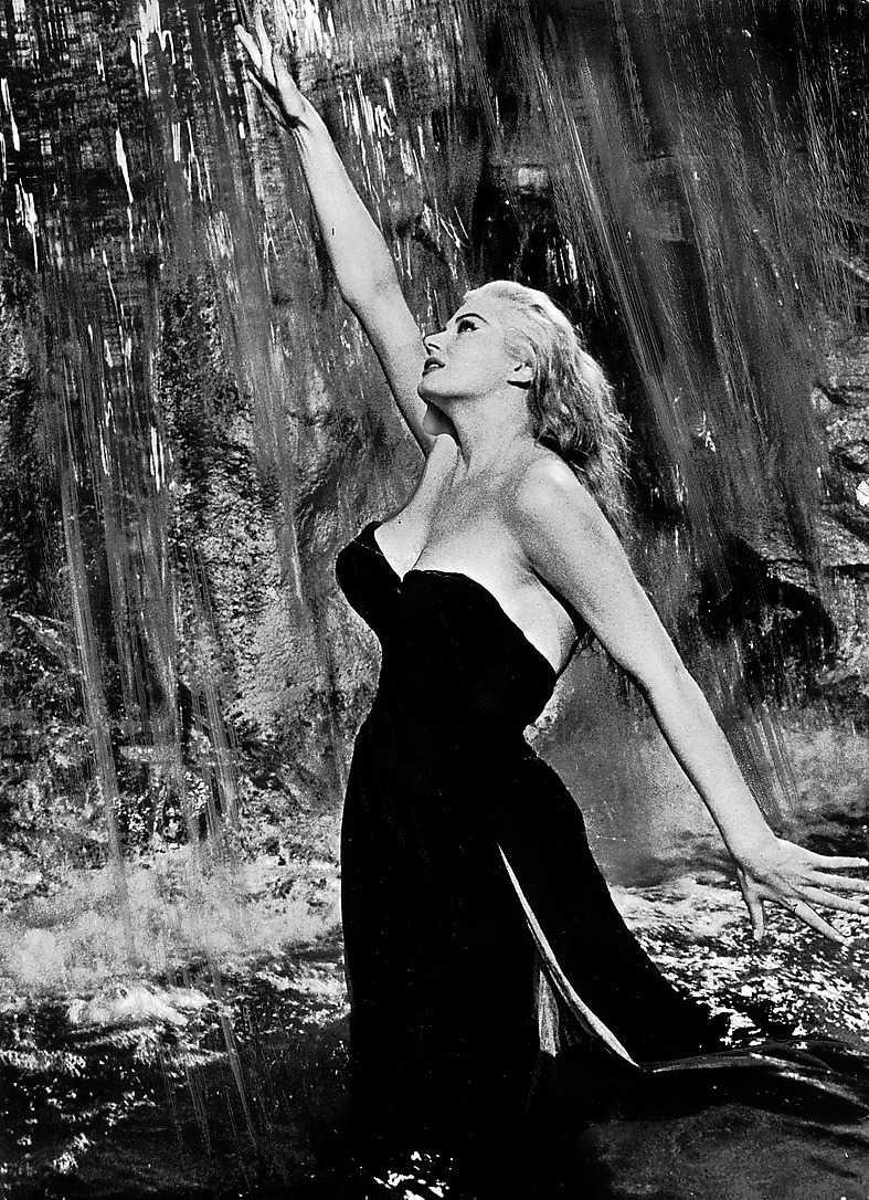 Anita Ekberg vadar i Fontana di Trevi 1960.