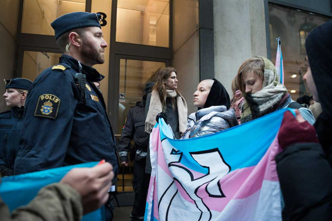 Polisen blockerar Transförsvaret för att komma närmare än två meter från dörren in till Socialdepartementet i Stockholm.