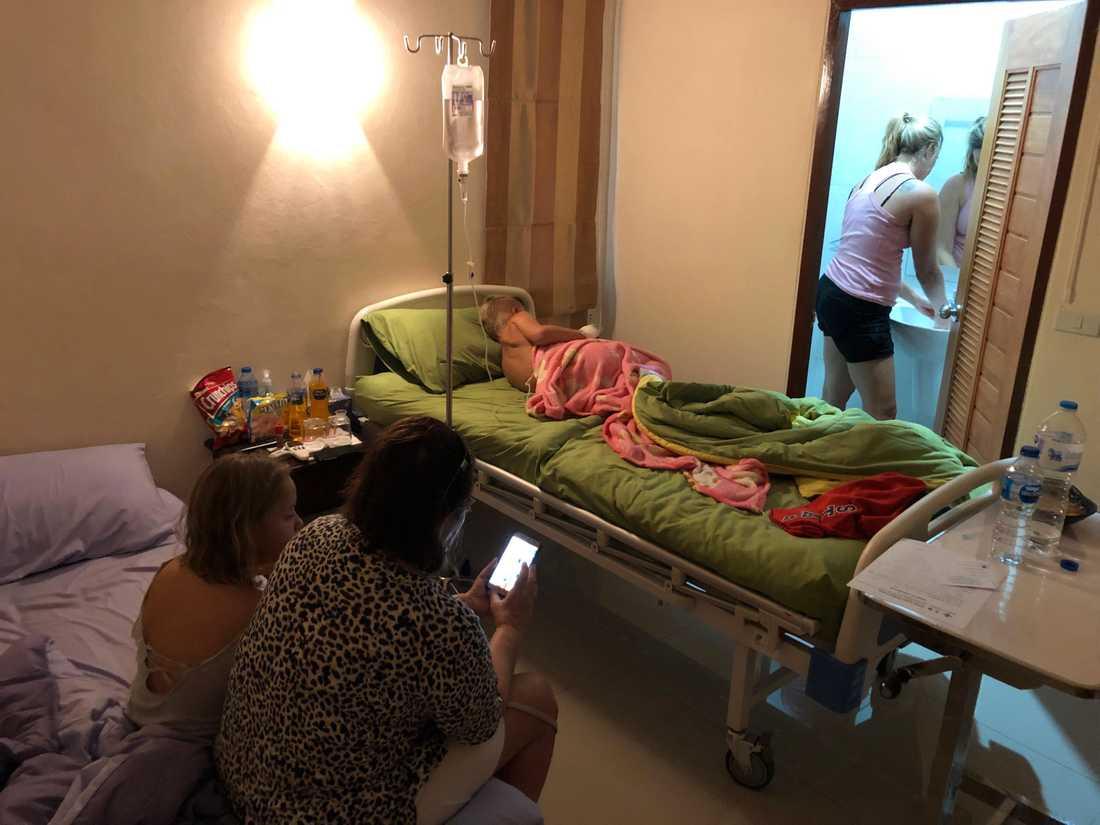 Noel får dropp på kliniken i Koh Lanta efter att ha fått denguefeber.