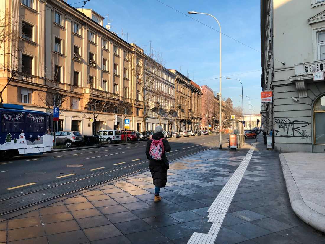 En ensam kvinna på en gata i Zagreb. Kroatien har sedan 1990-talet stadigt minskat i folkmängd.