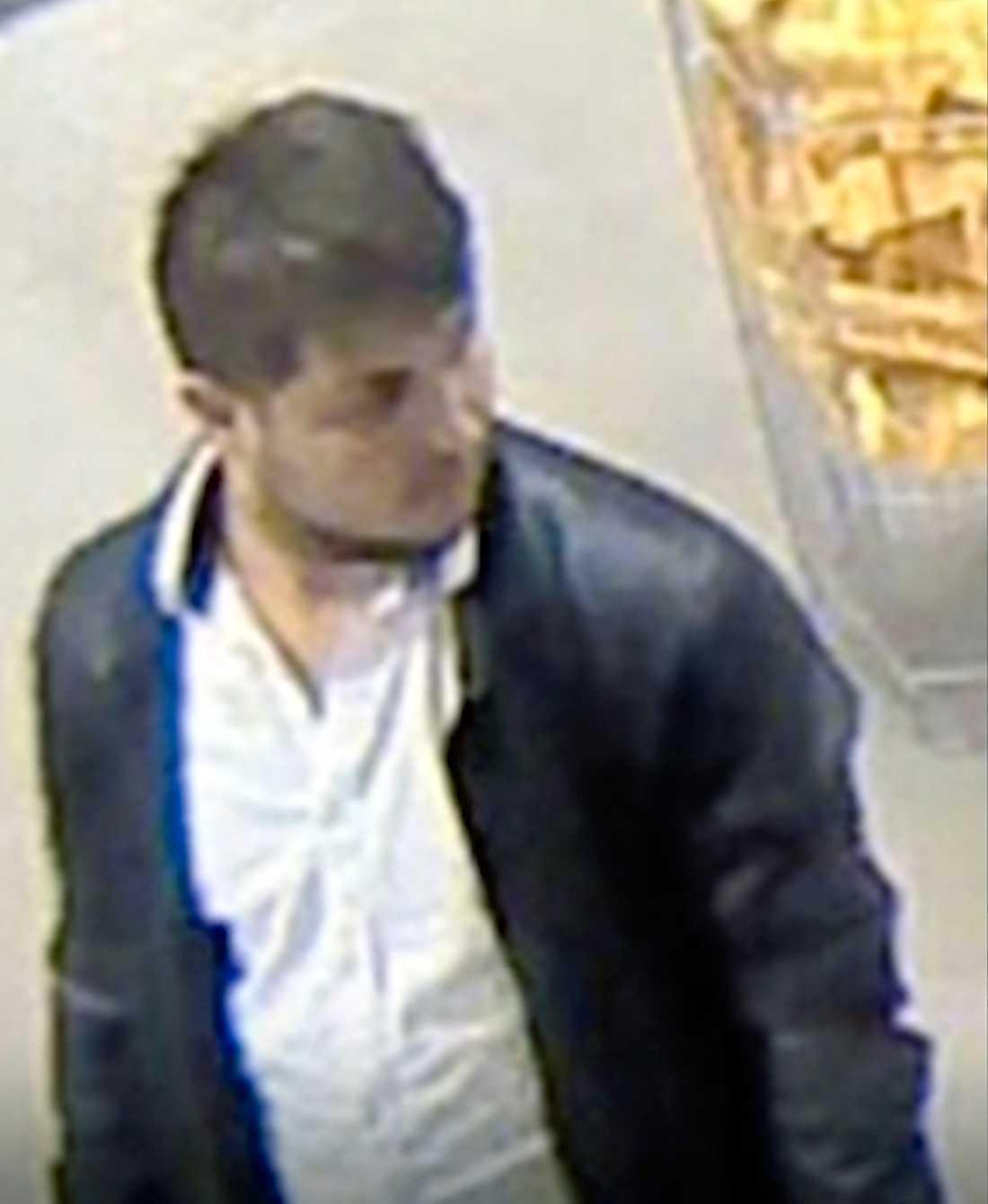 Polisen har släppt bilder på de misstänkta.