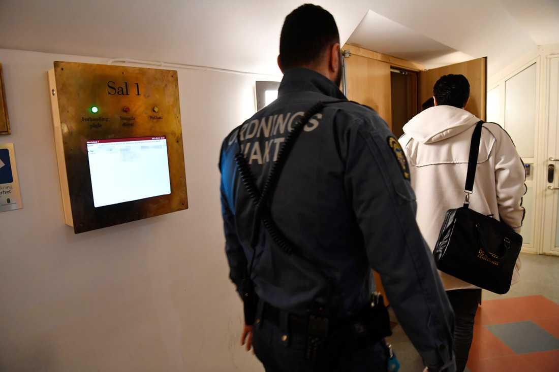 Åhörare och parter släpps in i säkerhetssalen vid Stockholms tingsrätt, när förhandlingen mot tre män som enligt åklagaren tillhör eller har koppling till Vårbynätverket inleds.