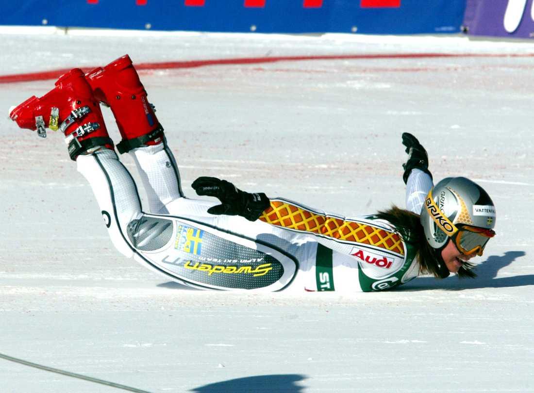 2003 Efter segern gör hon sin numera klassiska segergest – en säldykning...