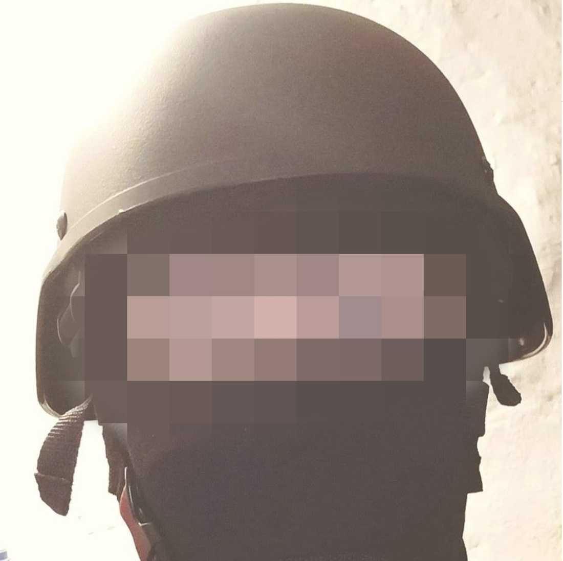 På sin Facebookprofil hade 21-åringen en bild på sig själv i militärhjälm.