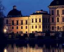 TRADITIONSENLIG MIDDAG Här, på Drottningholms slott, åt kungafamiljen söndagsmiddag på söndagen. Men Jonas Bergström saknades.