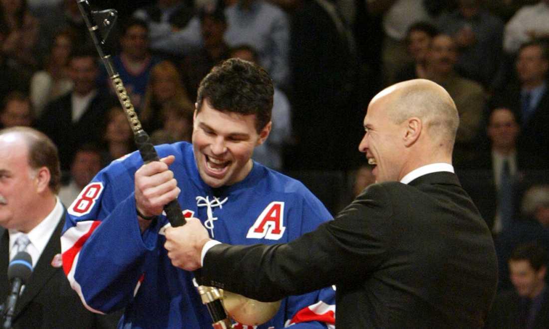 Den 12 januari 2006 fick Mark Messier sin tröja upphängd i taket i Madison Square Garden. Här får legendaren ett fiskespö i pensionsgåva av Jagr.