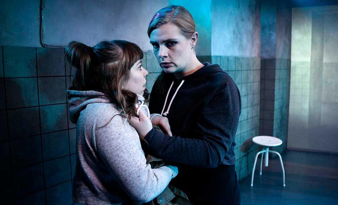 """Anna M Persson och Josefin Larsson i """"Fulet"""" på Teater 23."""
