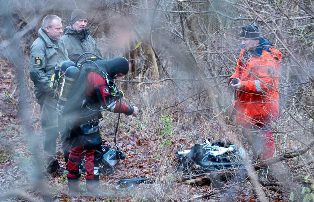 Dykare från sjöpolisen söker i Vramsån i Tollarp på tisdagen.