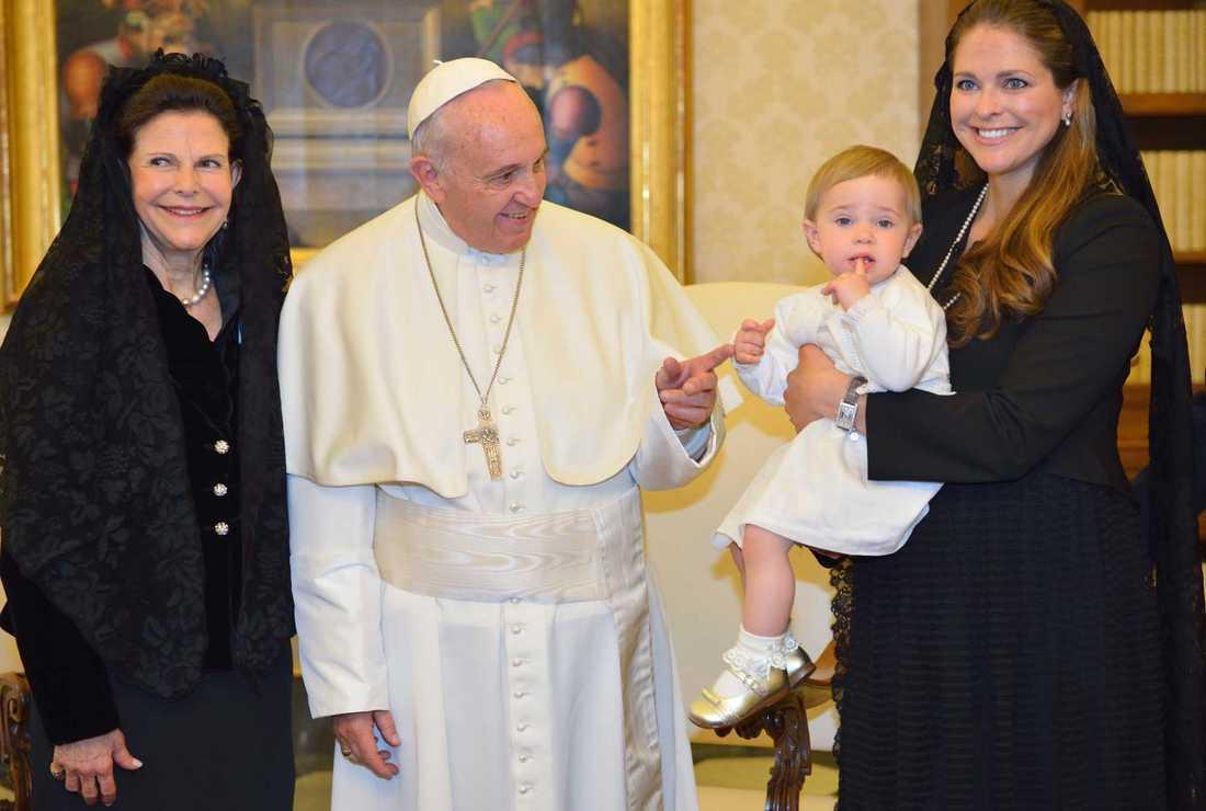 Drottning Silvia, lillsessan Leonore, prinsessan Madeleine och Chris O'Neill (inte med på bild) träffade påven i Rom i april förra året. Nu kommer han till Sverige.