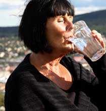 Ulla Thunholm dricker av vattnet i Sundsvall.