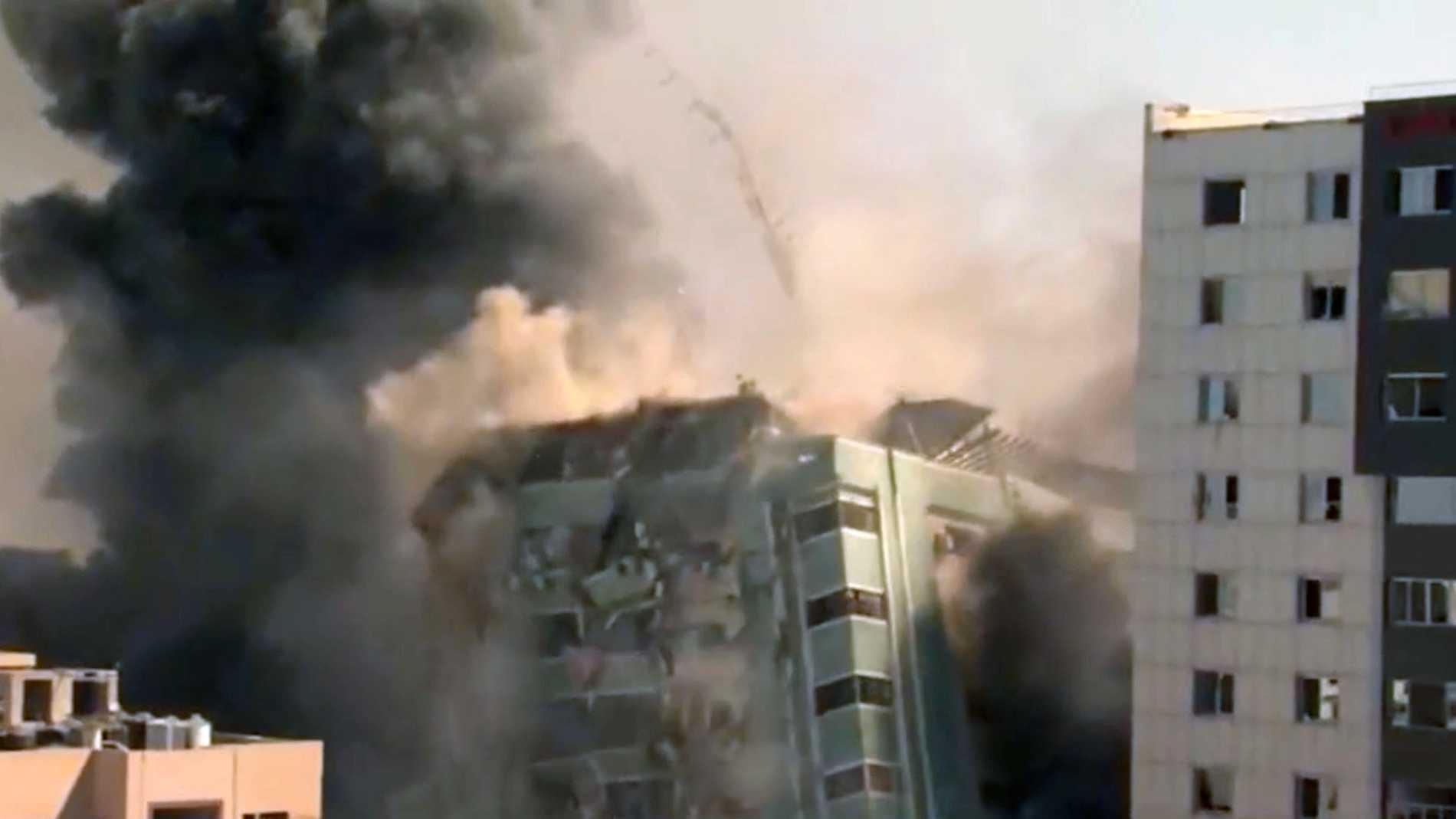 Ett höghus i Gaza med flera redaktioner bombades på lördagen.