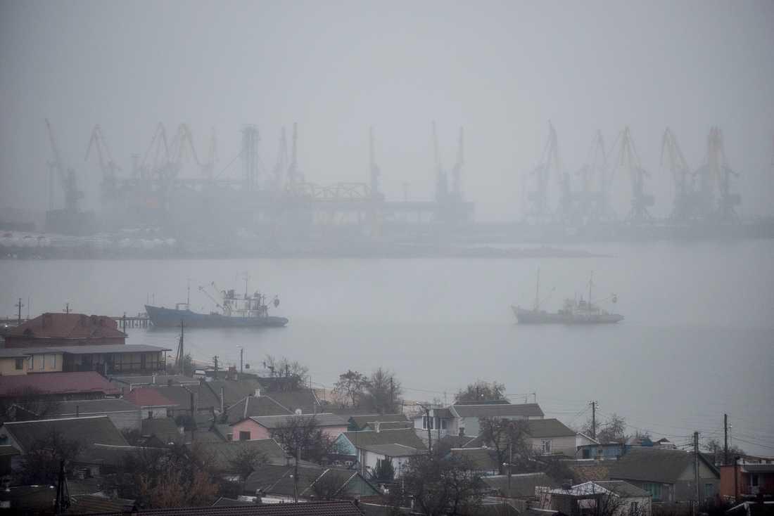 Carl Bildt tycker att västvärlden borde skicka civila fartyg till Azovska sjön för att visa sitt stöd för sjöfartsfriheten. På bilden hamnen i Berdjansk vid södra Azovska sjön i Ukraina.