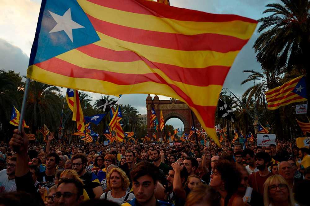 Barcelona – normalt sett ett av svenskarnas hetaste resmål så här års. Men den politiska oordningen skrämmer bort turisterna.