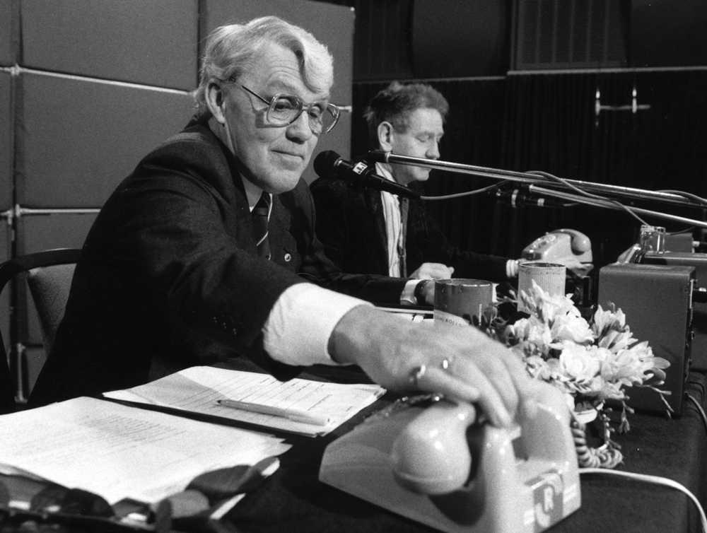 """Bild från Hasse Tellemars sista insats som programledare för """"Ring så spelar vi"""" nyårsafton 1988."""