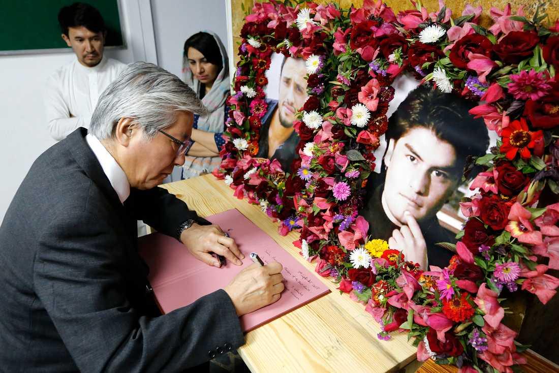 Tadamichi Yamamoto, FN:s särskilda sändebud för Afghanistan, på besök på Tolo News redaktion i Kabul för att uttrycka sina kondoleanser för journalisterna Samim Faramarz och Ramiz Ahmadi, som dödades i en attack den 5 september.