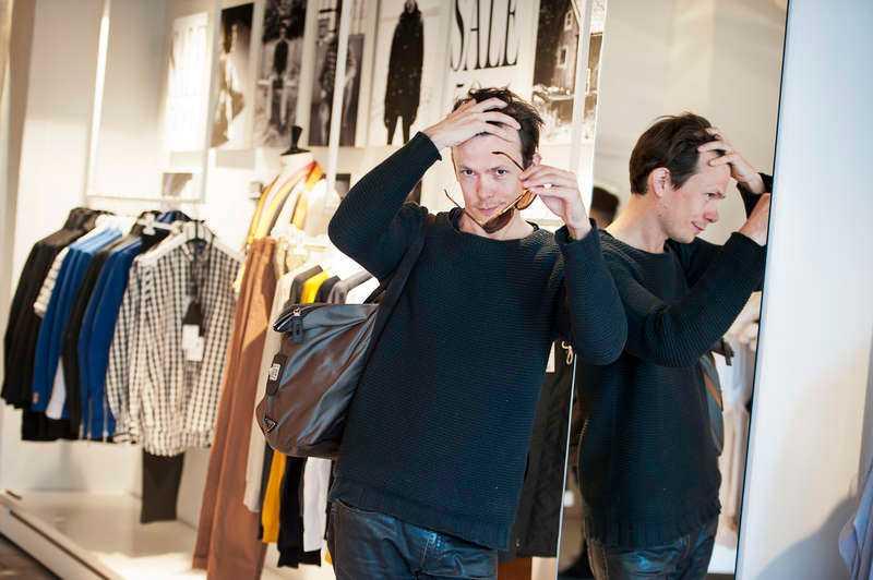 KLÄR SIG BEKVÄMT Philip Warkander följde tio stockholmare under två års tid. Resultatet blev en doktorstitel i modevetenskap – den första av sitt slag i världen. Själv föredrar han bekväma kläder.