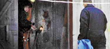 SLÄGGAN Polisens tekniker säkrar spår på en stor blodig slägga inne i parets ladugård. Enligt en teori kan den vara mordvapnet. I går samlade polisen fingeravtryck och säkrade spår.
