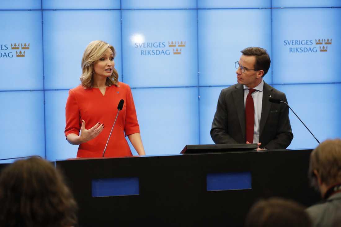 Kristdemokraternas partiledare Ebba Busch Thor (KD) och Moderaternas partiledare Ulf Kristersson (M) uppger att de stödjer Vänsterpartiets begäran om en misstroendeomröstning mot arbetsmarknadsminister Eva Nordmark.