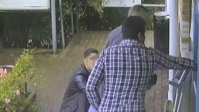 Två ligamedlemmar distraherar sitt offer vid en bankomat och byter ut hans kort.