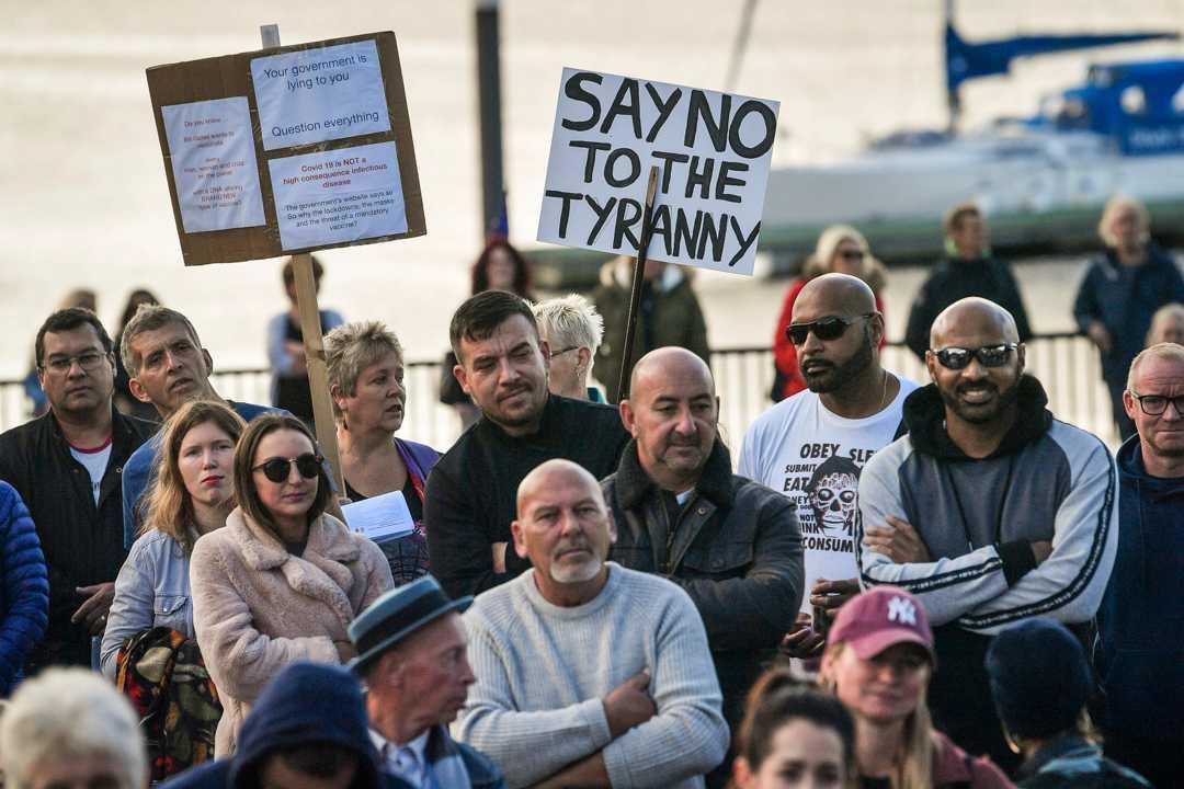 Boende i Cardiff Bay i Wales protesterar mot nedstängningar den 11 oktober. Från och med fredagseftermiddagen uppmanas över tre miljoner människor i Wales att stanna hemma så mycket det går för att stoppa coronaviruset. Arkivbild.