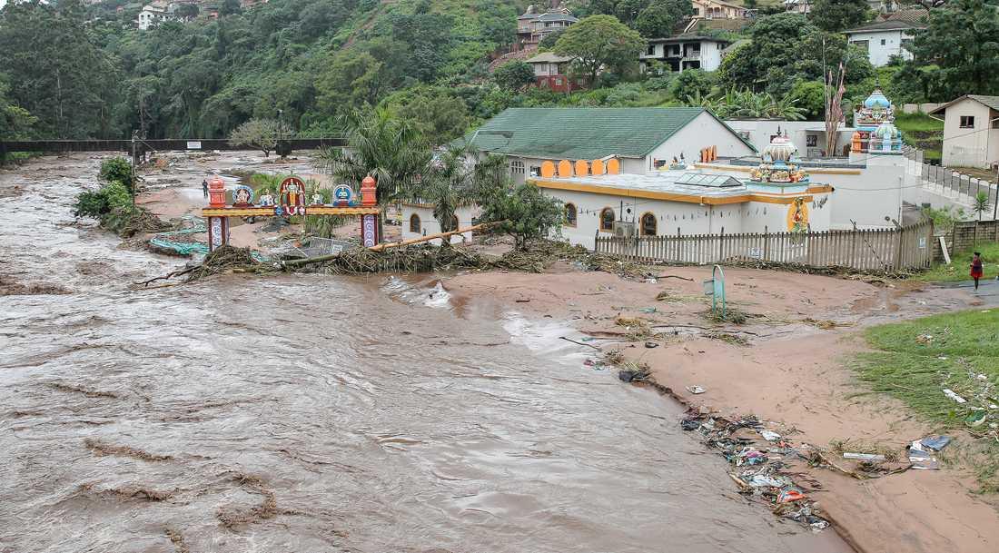 En översvämmad flod orsakar förödelse i närheten av staden Durban i Sydafrika.