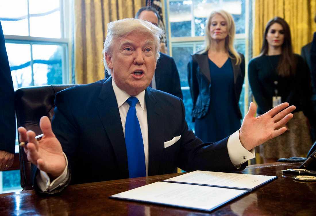 Donald Trump skriver på för oljeledning.