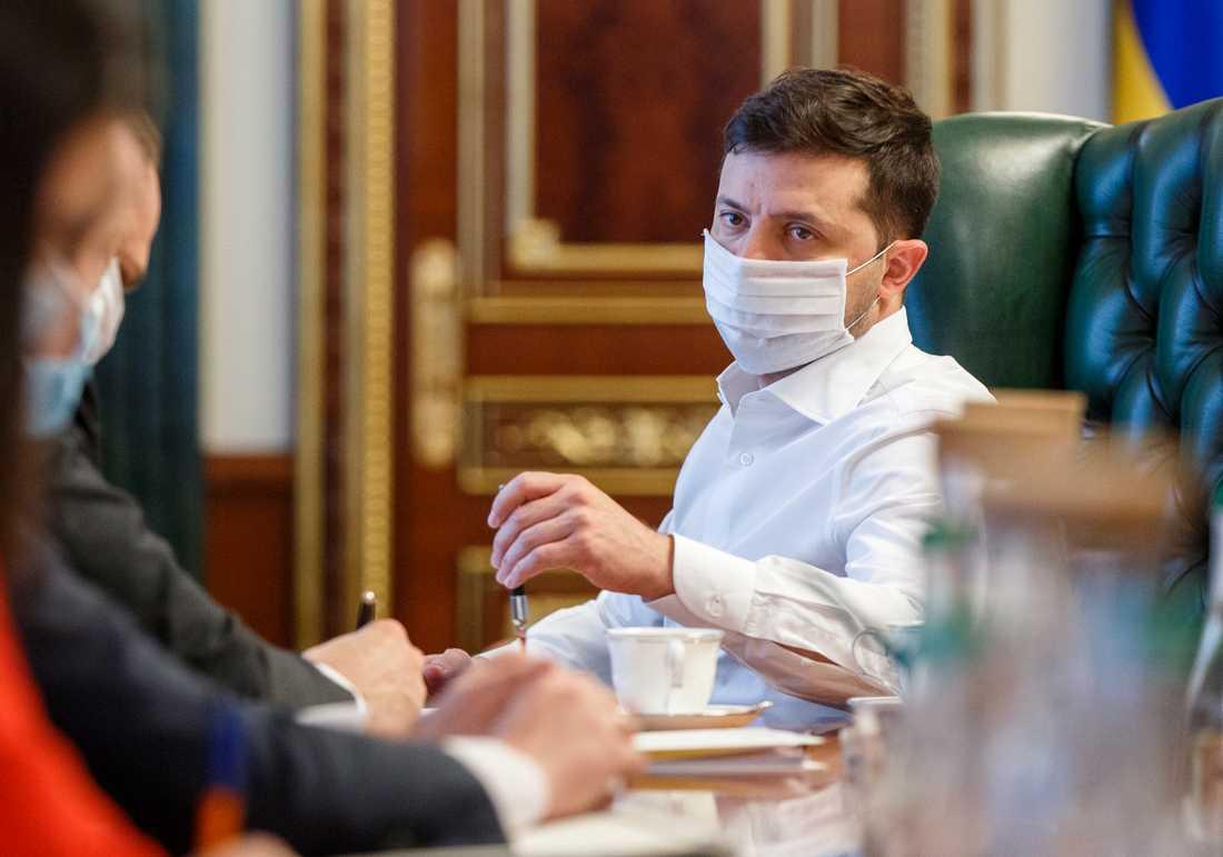 Ukrainas president Volodymyr Zelenskyj håller möte om coronakrisen.