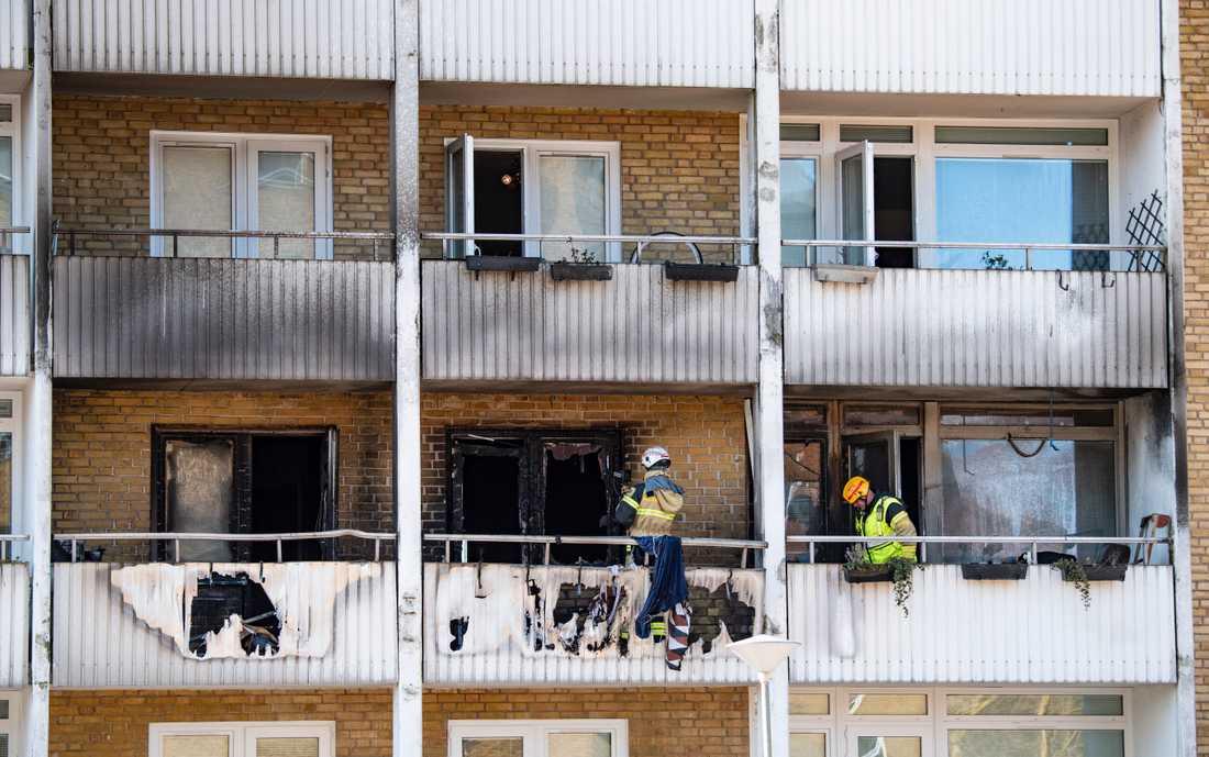 Tre personer har förts till sjukhus efter en lägenhetsbrand i Malmö.