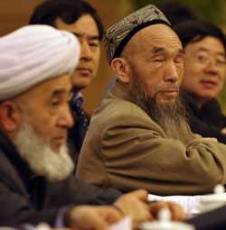 I PARLAMENTET. Lokala representanter från den autonoma regionen Xinjiang deltog i överläggningar i Peking på söndagen. Regionen pekas ut som terroristnäste av de kinesiska myndigheterna.