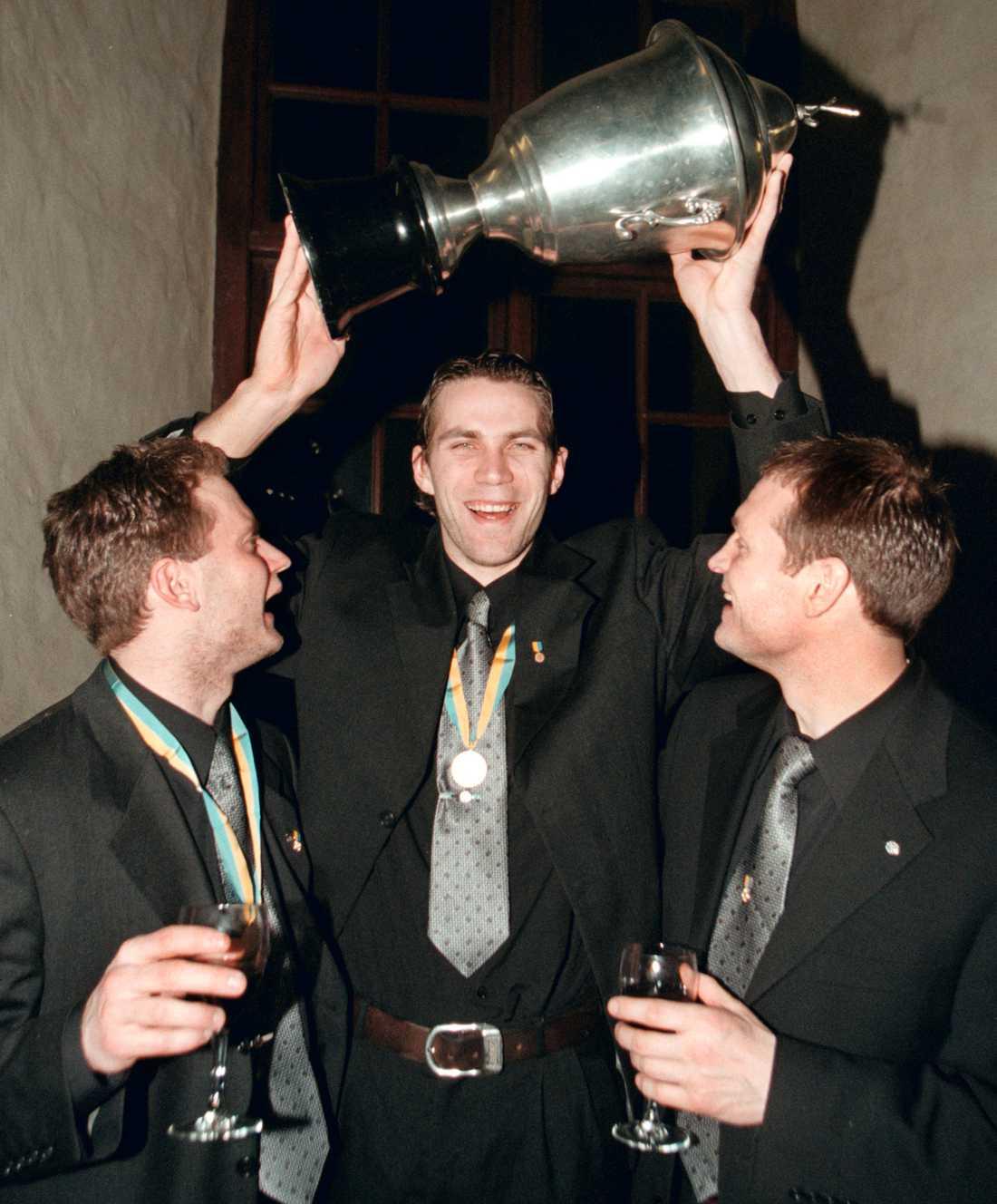 Fosshaug, till höger, firar SM-guldet 1999 med VSK-polarna Ola Fredricson och Ted Andersson.