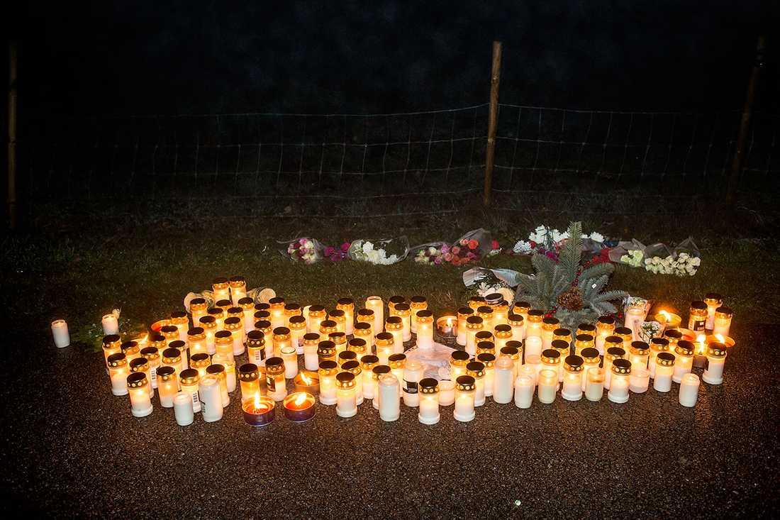 Mängder med ljus tändes för pojken och kvinnan.