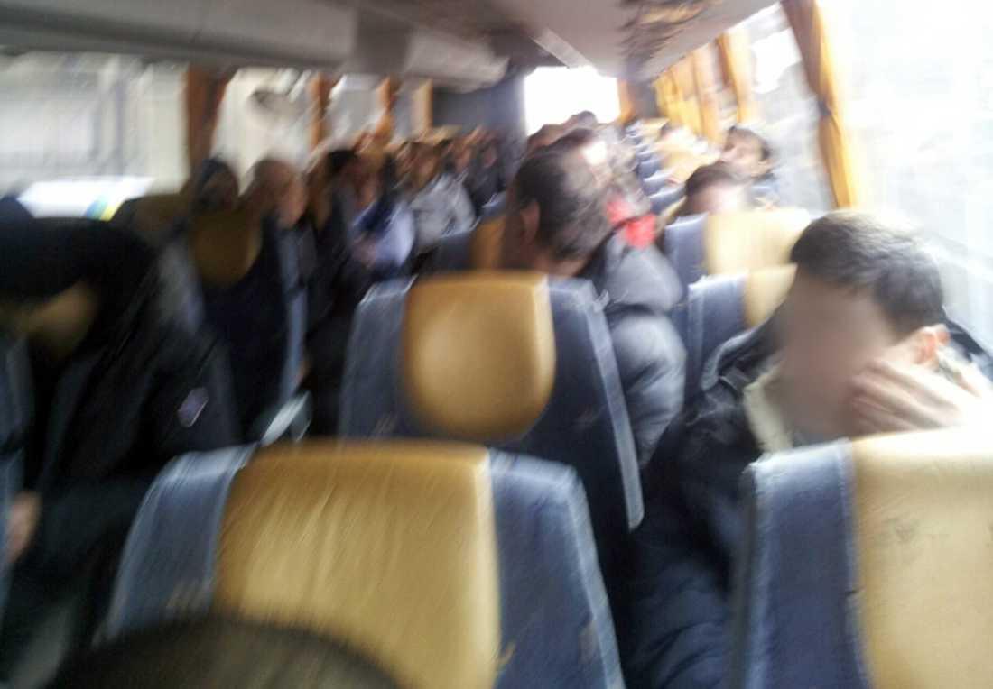 """...samtidigt som passagerare med """"utländskt"""" utseende tvingades åka i en annan buss."""