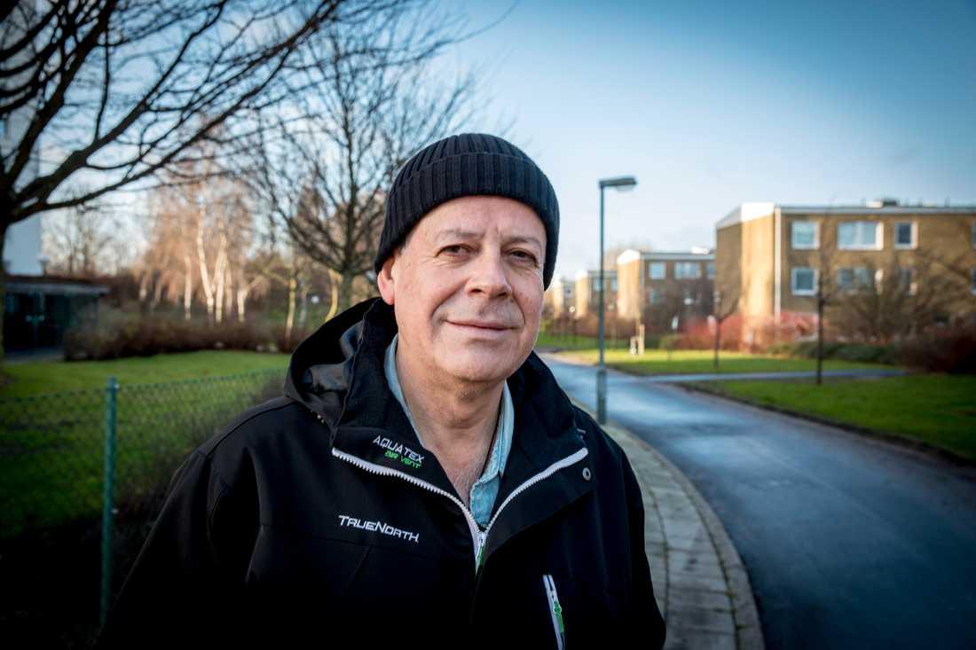 Froilan Olivares har bott i Sverige i 35 år. Han tycker att det har blivit värre i Sverige sedan han kom hit.