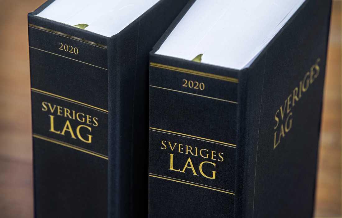 Tre män, i åldern 15 till 27 år, åtalas för att under hot tvingat en man att i olika poster överlämnat över 700 000 kronor. Arkivbild.