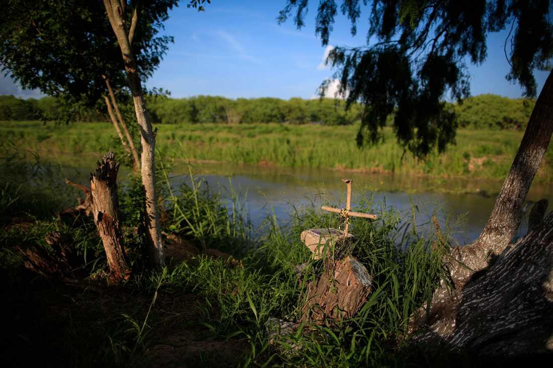 Ett handgjort kors har satts upp vid Rio Grande.