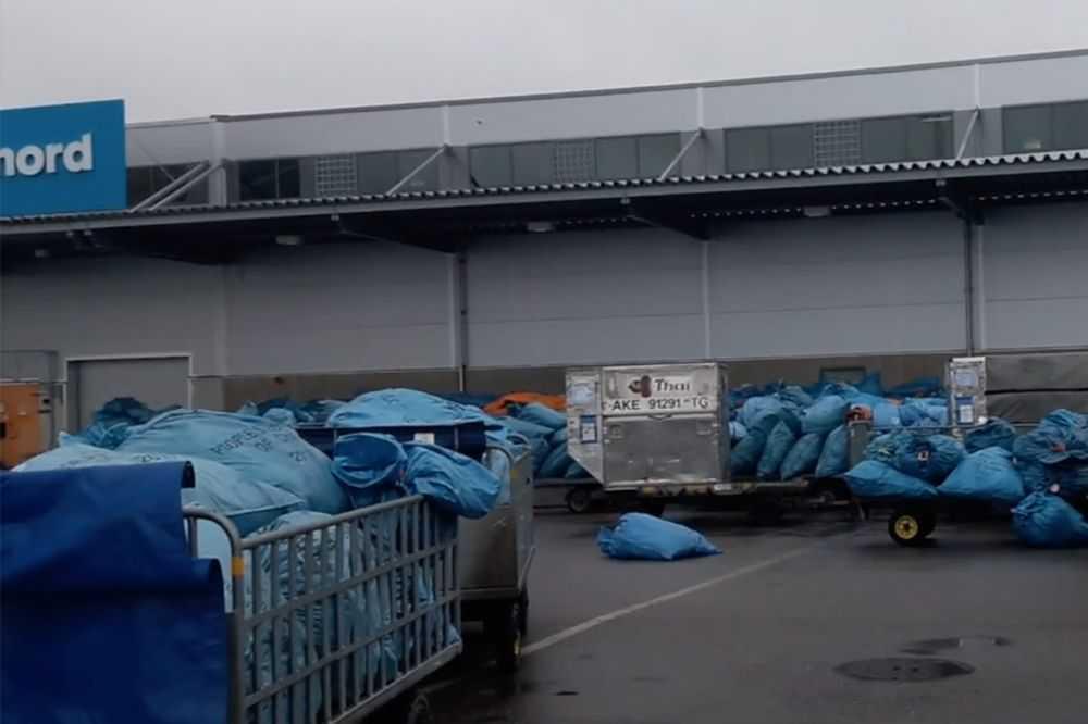 Hundratals säckar med paket låg i måndags utanför Postnords terminal på Arlanda.