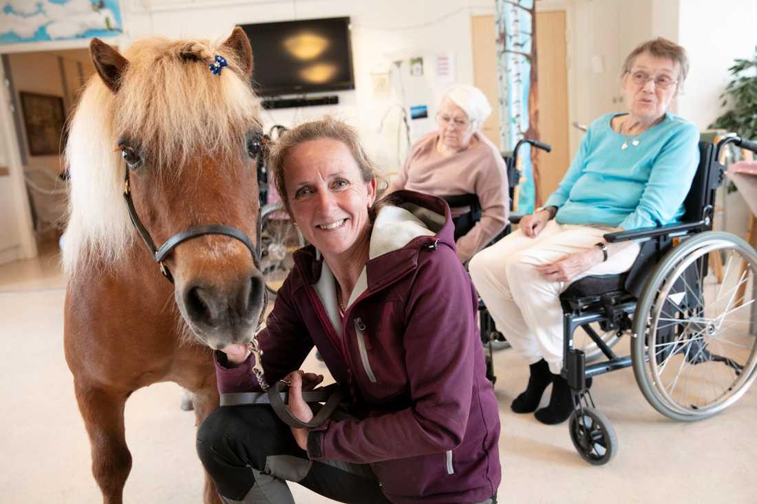 Ann-Charlotte Israelsson tar gärna tid till att göra de äldres dag lite härligare.