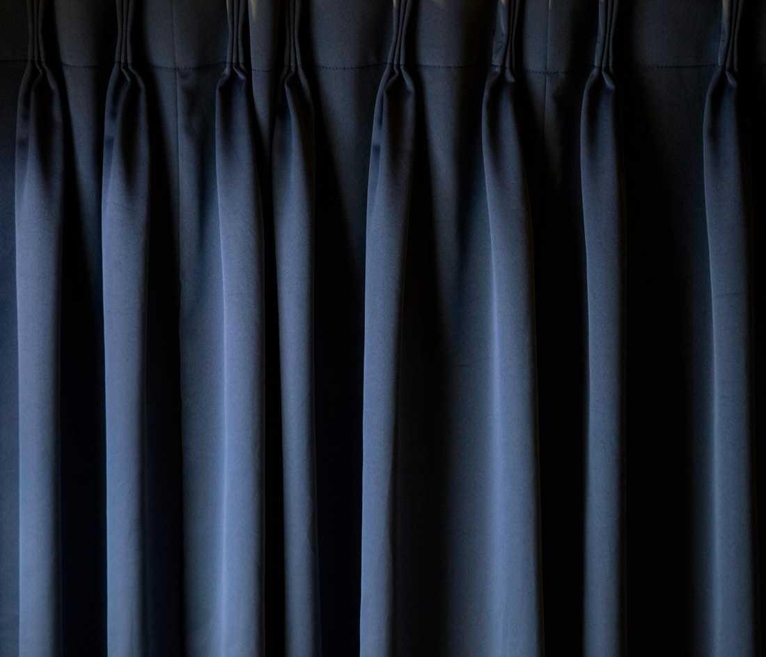 Bildreportage utland, 3-e pris: Endast ett tunnt blått skynke täcker ingången till kapseln. Det är förbjudet att prata men kroppsljud och snarkningar hörs i lokalen dygnet runt