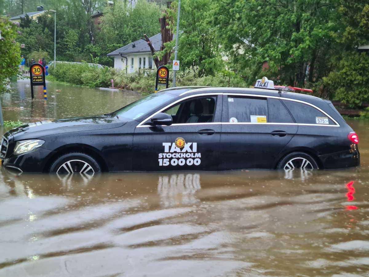 Flera grannar hjälptes åt för att få loss bilar som fastnat.