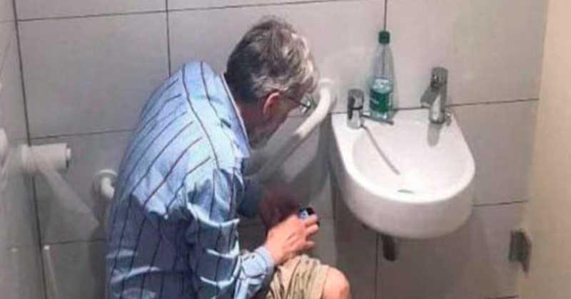 Stormästaren i schack Igors Rausis ertappades med att sitta med mobilen under ett toalettbesök i pausen på en match.