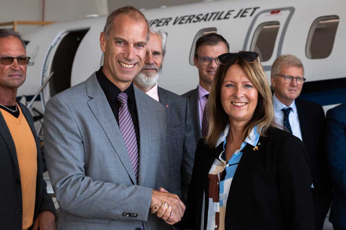 Markus Bucher, vd Pilatus och Annika Tännström, tidigare ordförande i förbundsstyrelsen, i samband med KSA:s köp av sex nya jetplan. Notan: 720 miljoner kronor.