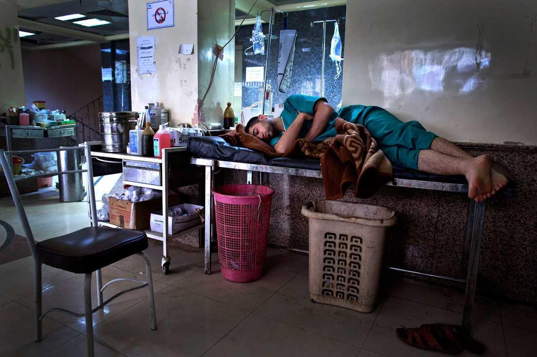 En sköterska passar på att vila lite när det är lungt. Dom flesta som arbetar på sjukhuset bor även där.
