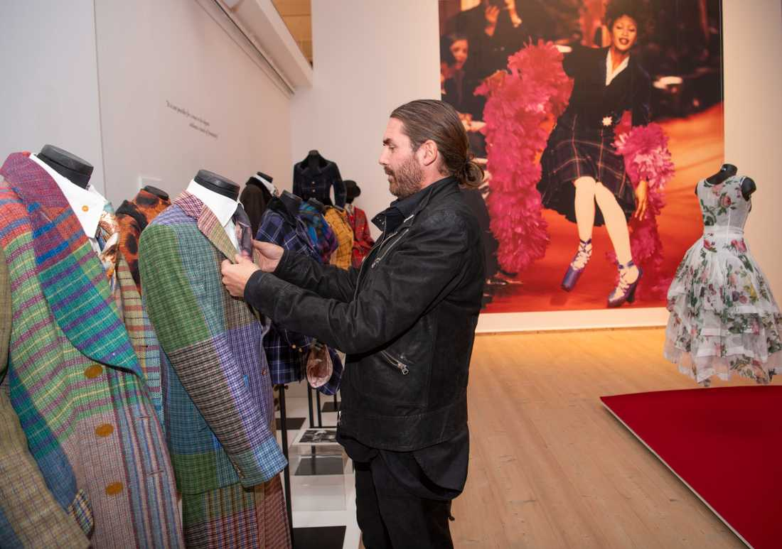 Lee Price rättar till sin gamla bröllopskostym, gjord i pastellfärgad Harris tweed.