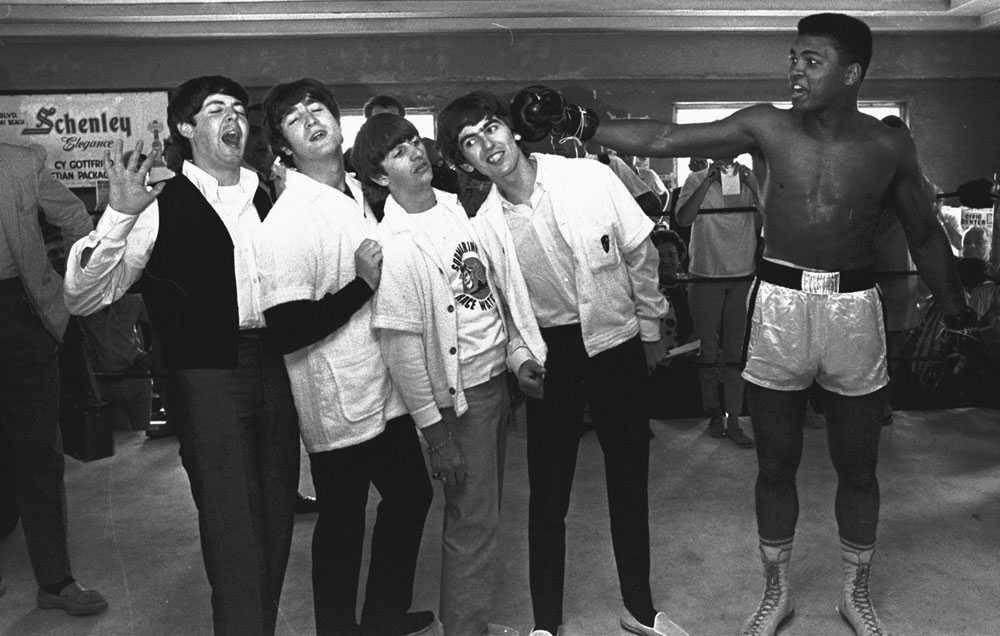 STÖRRE ÄN BEATLES Beatles var mer populära än Jesus, Ali var mer populär än Beatles. Eller åtminstone bättre på att boxas. Den här bilden togs när Beatles hälsade på Cassius Clay, som han då hette, under ett träningspass i Miami, Florida, 1964.