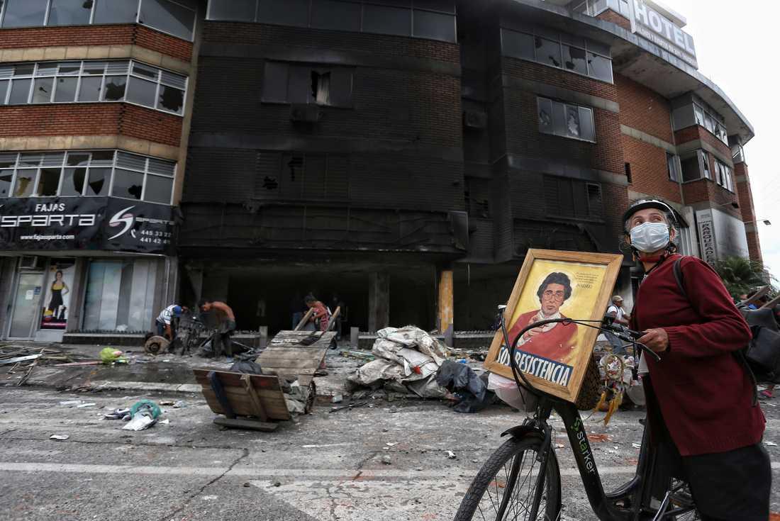 Ett hotell har plundrats och satts i brand under demonstrationer i Cali, Colombia.