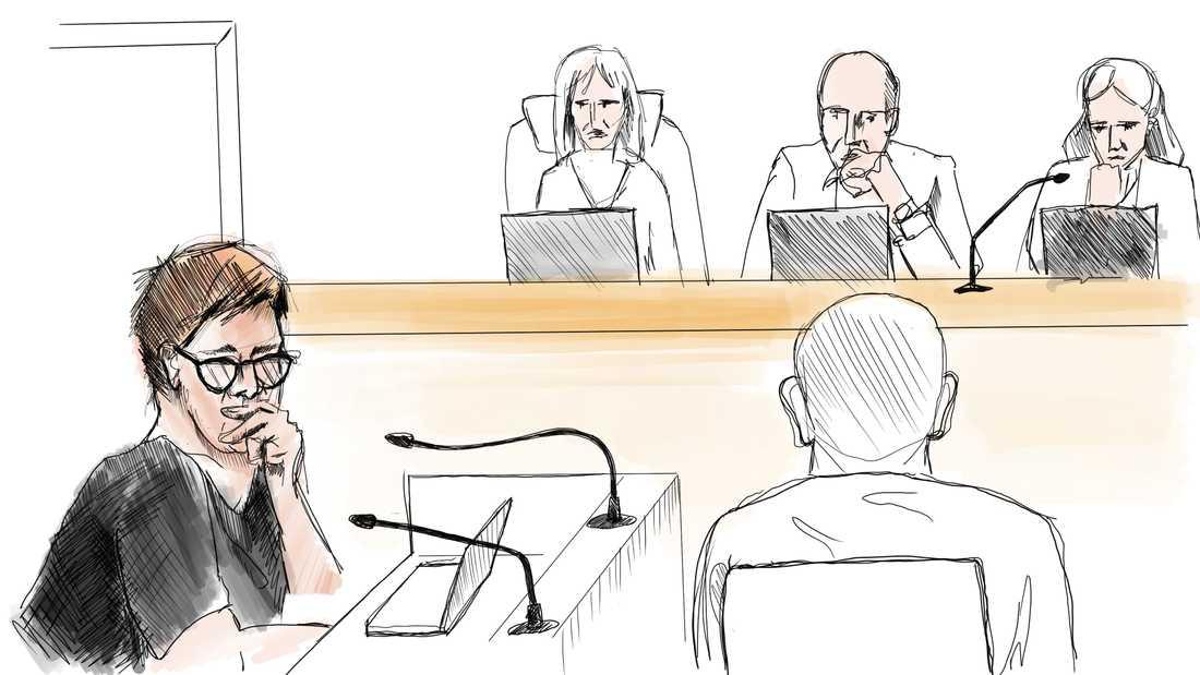 Teckning från rättegångens första dag om dubbelmordet i Linköping 2004. Åklagare Britt-Louise Viklund och nämndemän.
